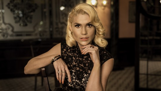 Flávia Alessandra posa como Sandra e adianta final da vilã: 'Cenas mais difíceis da minha vida'