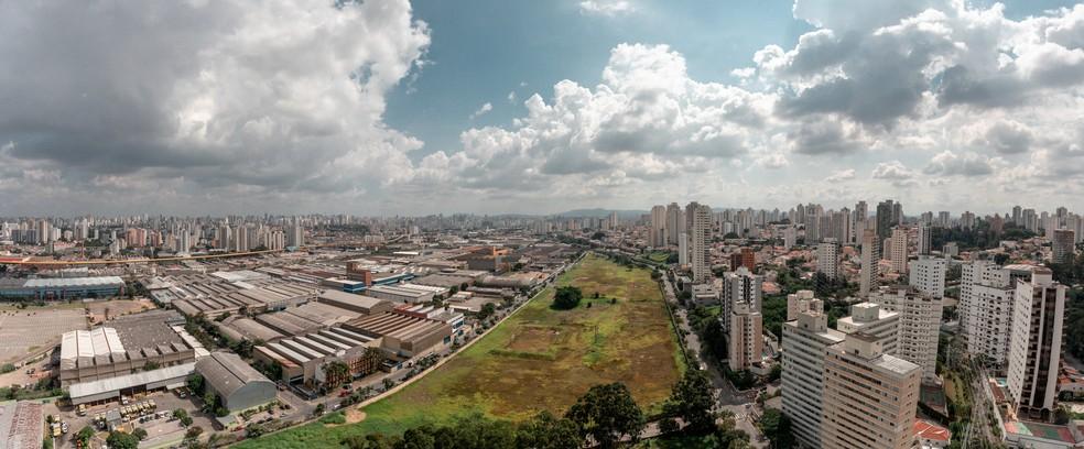 Terreno na Mooca é visto pelos moradores como uma única possível para implantação de parque em meio à proliferação de edifícios na Zona Leste de São Paulo — Foto: Marcelo Brandt / G1