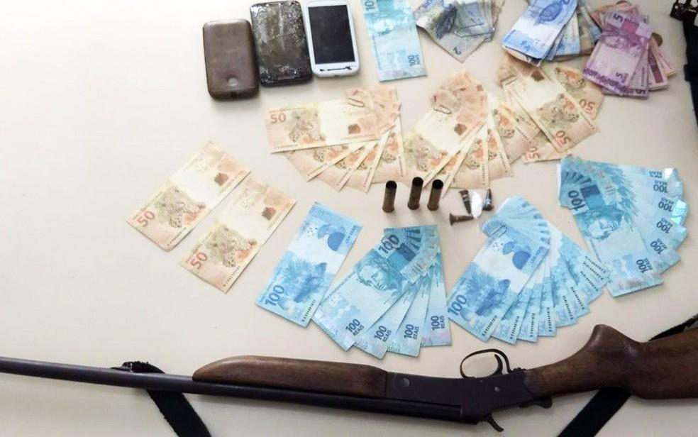 Dupla foi apreendida com mais de R$ 3 mil em dinheiro falso (Foto: Divulgação/Polícia Civil)