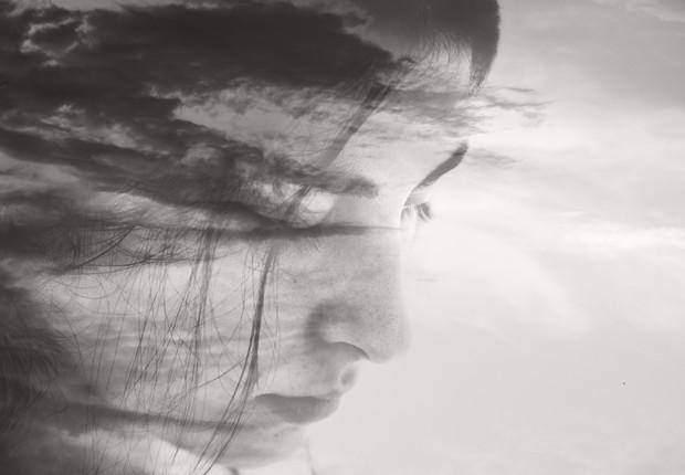 Dupla exposição com mulher contemplativa (Foto: Owl Stories via Getty Images)