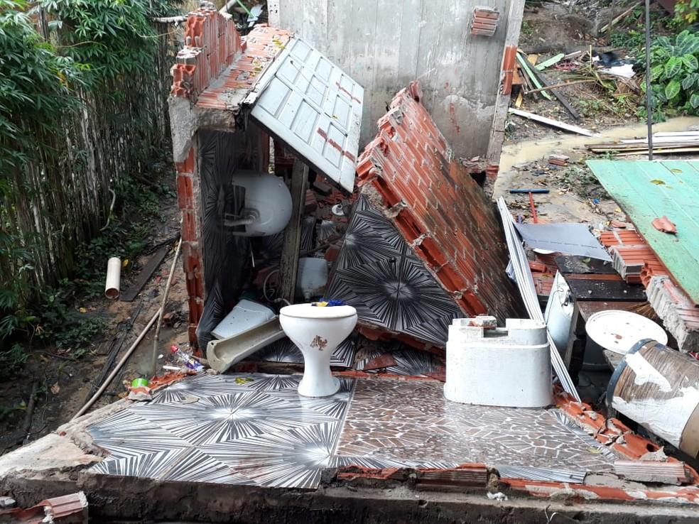 Banheiro desabou em cima da jovem — Foto: Arquivo da família