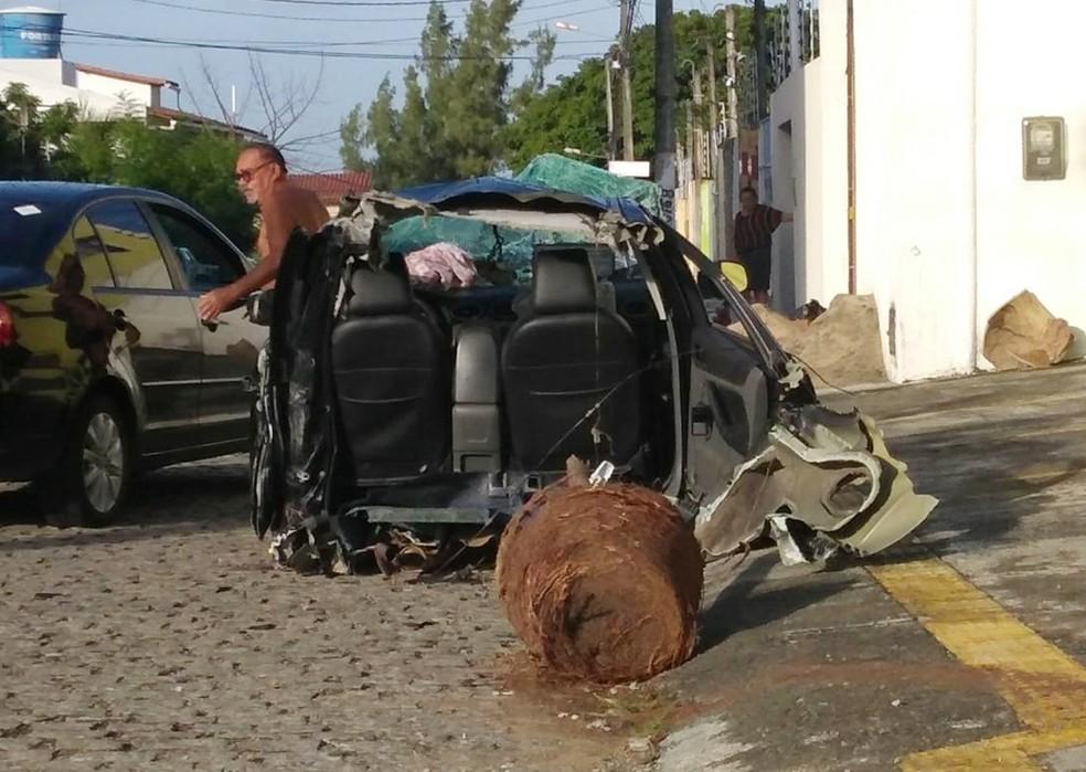 A outra metade do carro foi parar em uma rua que fica na lateral da academia (Foto: Luciana Cavalcante)