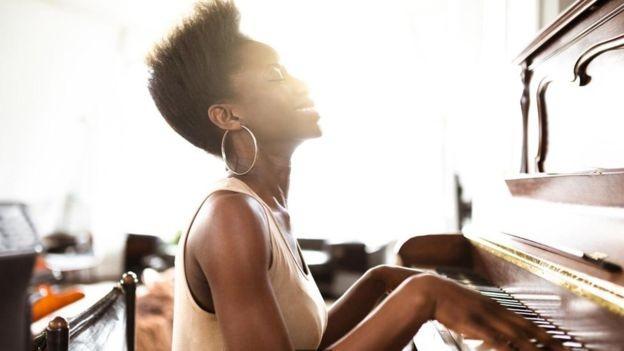 Hoje é difícil encontrar tempo para ouvir, que dirá praticar um hobby musical (Foto: Getty Images via BBC)