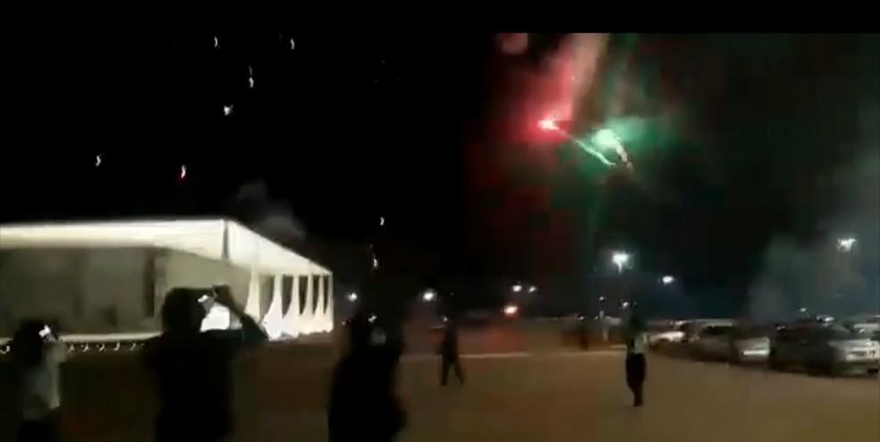 Grupo de apoiadores de Bolsonaro lança fogos de artifício contra o prédio do STF — Foto: Reprodução