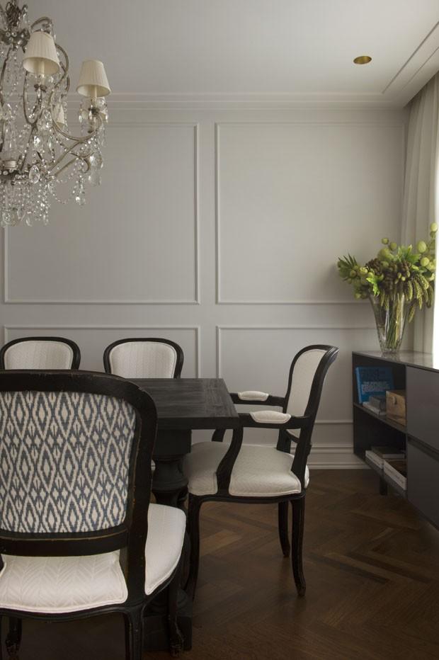 Madeira escura e boiseries criam mix clássico e sofisticado no apartamento (Foto: Marcelo Magnani/Divulgação)