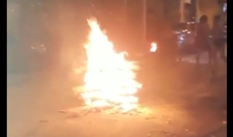 Com feriado de São João antecipado, fogueiras, fogos e guerra de espadas são registrados nas ruas de Salvador 2