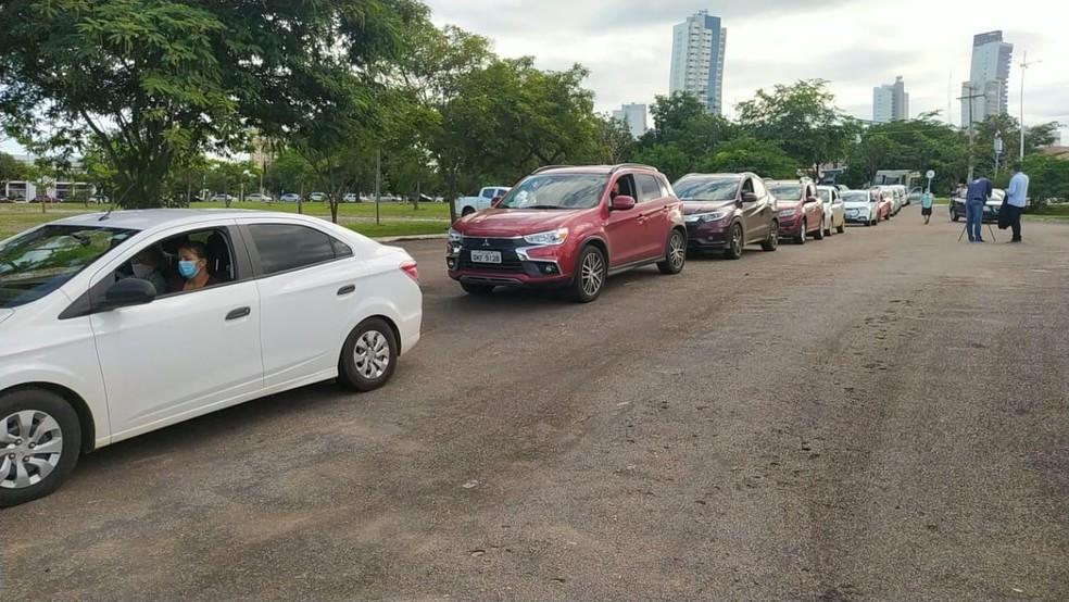 Primeiro dia de vacinação em Palmas teve fila de veículos no estacionamento do Espaço Cultural — Foto: Aurora Fernandes/TV Anhanguera