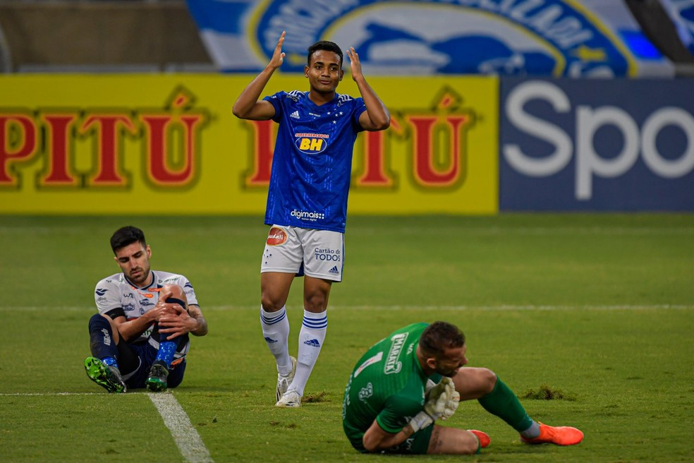 Airton perdeu chance clara aos 16 do primeiro tempo — Foto: Agência i7/ Mineirão