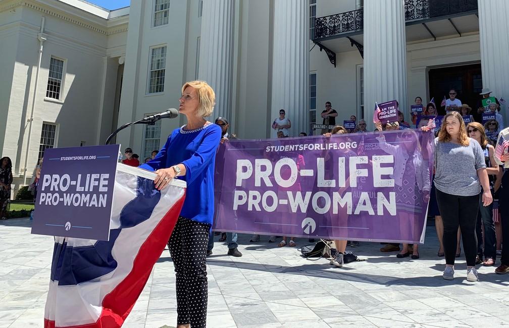 Beck Gerritson, presidente do Eagle Forum do Alabama, discursa em Montgomery nesta quarta-feira (22) em uma manifestação contra o aborto. — Foto: Kim Chandler/AP
