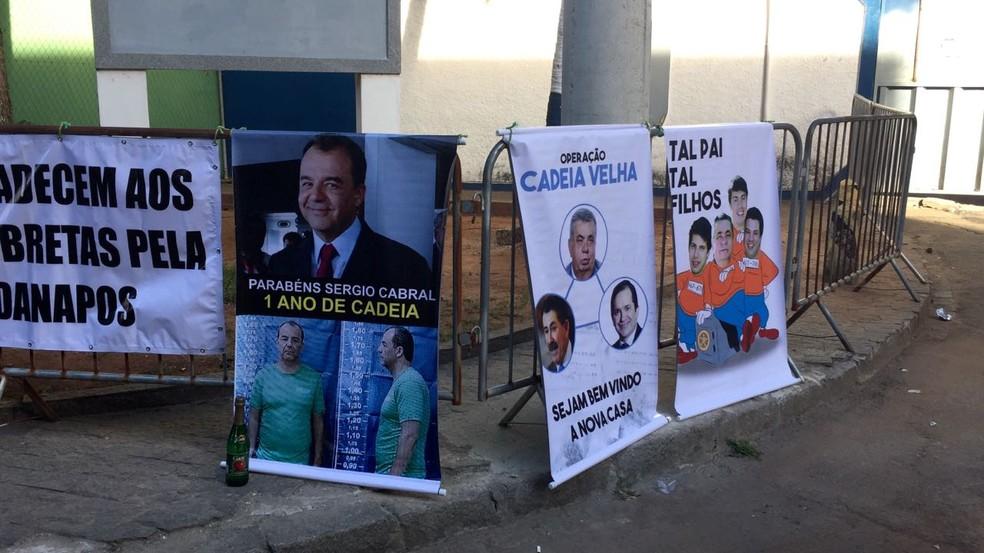 Cartazes e espumante levados pelos manifestantes para celebrar um ano de prisão de Sérgio Cabral. (Foto: Ricardo Abreu/ GloboNews)