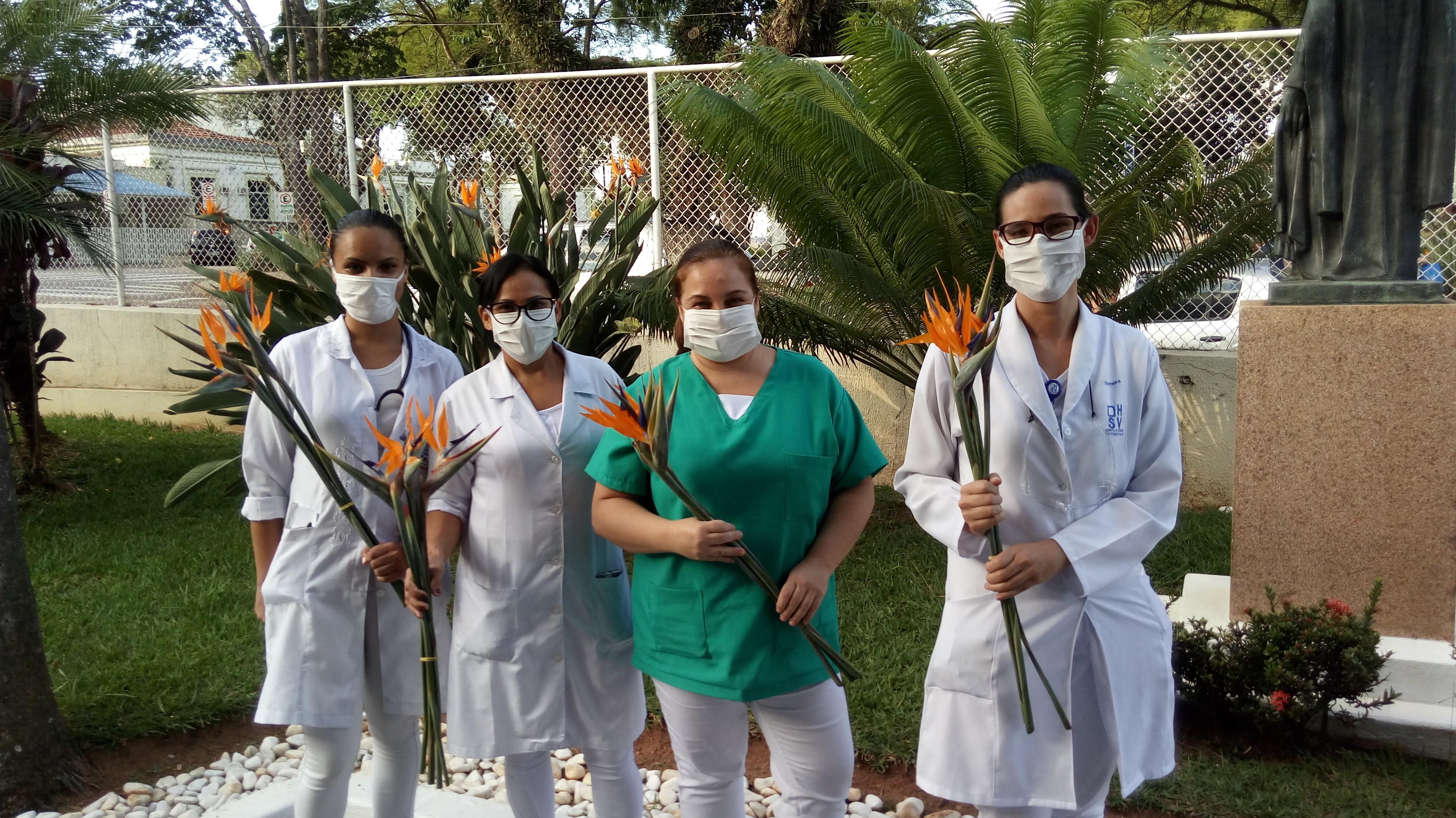 Moradores entregam flores para mais de 500 funcionários de hospital por trabalharem no combate ao coronavírus
