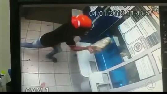 Dupla usa pedra para quebrar vidro blindado de casa lotérica na Paraíba