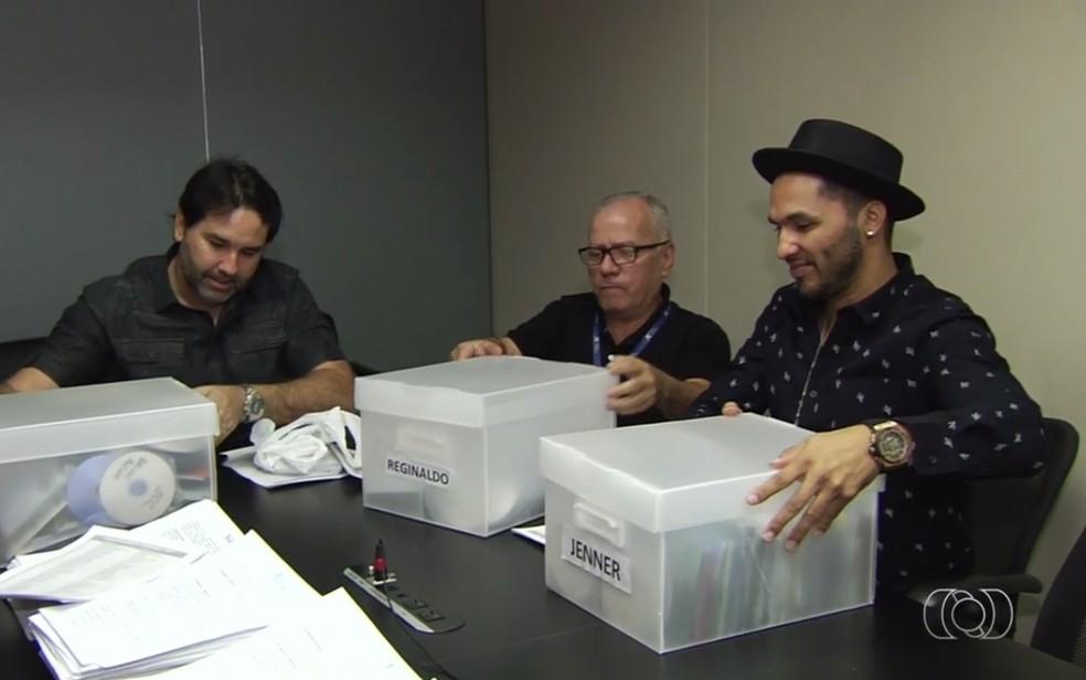 Jurados começam análise dos inscritos no concurso Novos Talentos da Música Sertaneja (Foto: Reprodução/TV Anhanguera)