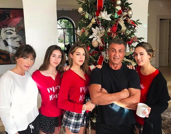 A foto de Natal de Sylvester Stallone em que o astro aparece com a esposa e as filhas (Foto: Instagram)