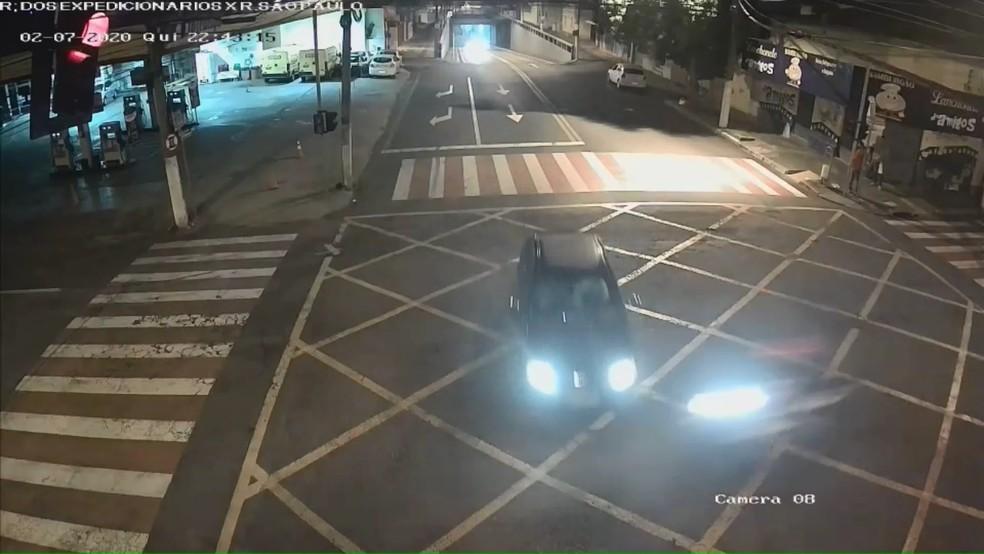 Câmera flagrou moto avançando o sinal vermelho em cruzamento de Ourinhos — Foto: Reprodução