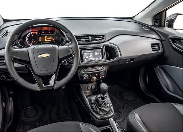 Chevrolet Joy - Cabine é a mesma desde 2012, da versão antiga do Onix; central multimídia é oferecida só como acessório (Foto: Divulgação)