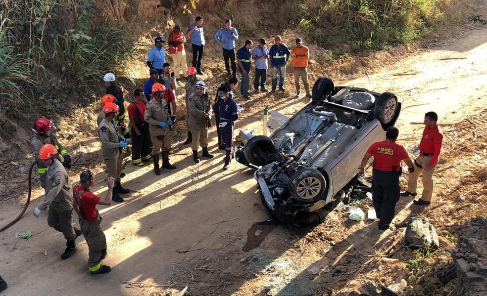 Homem morre e mulher fica ferida após carro cair de viaduto, em Santa Rita, Região Metropolitana de João Pessoa. — Foto: Walter Paparazzo/G1