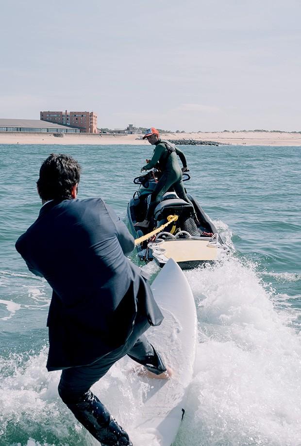 Inovação: Nas ondas da praia francesa que é point do surfe mundial, Colella colocou seu terno tecnológico à prova (Foto: divulgação)