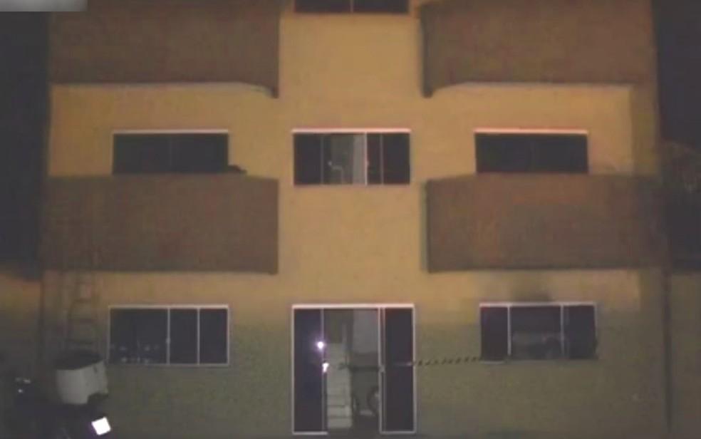 Jovem é encontrada morta carbonizada após incêndio no quarto de apartamento, em Luziânia  — Foto: Reprodução/TV Anhanguera