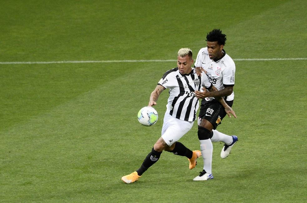 Gil e Vargas disputam bola em Corinthians x Atlético-MG — Foto: Marcos Ribolli