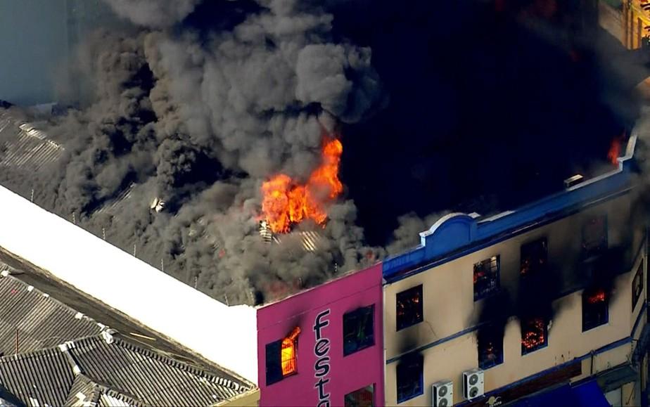 Incêndio atinge prédio na região da Rua 25 de Março, Centro de SP