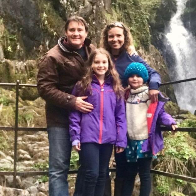 Aqui, Eleanor está com os pais e a irmã (Foto: Reprodução Facebook)