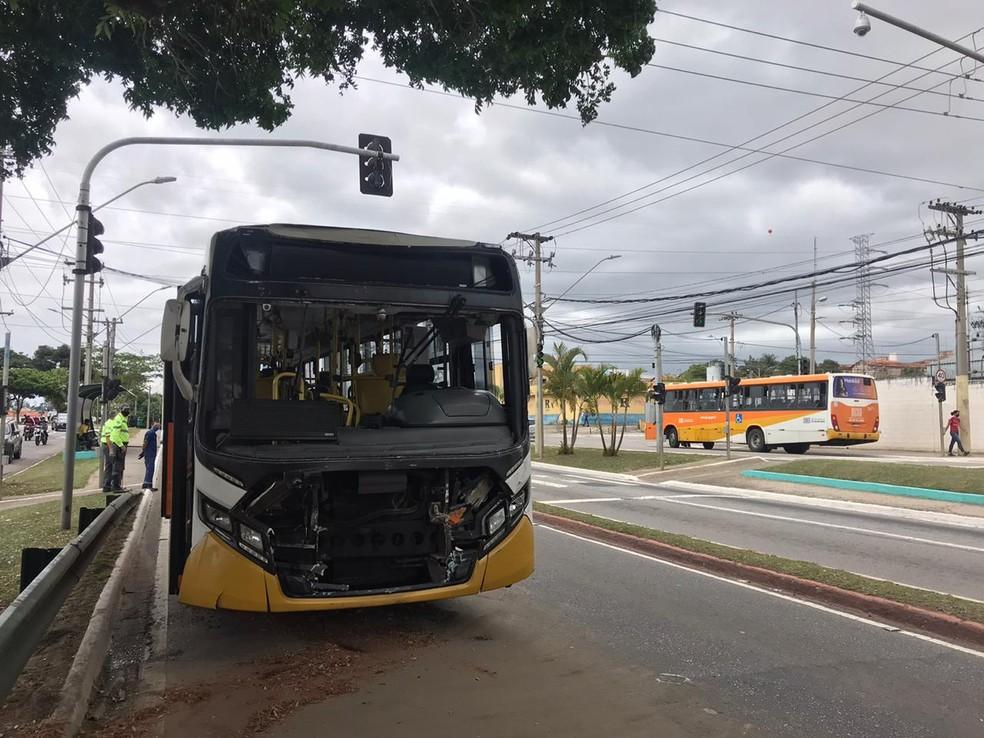 Acidente entre dois ônibus na zona leste de São José dos Campos — Foto: Pedro Melo/TV Vanguarda