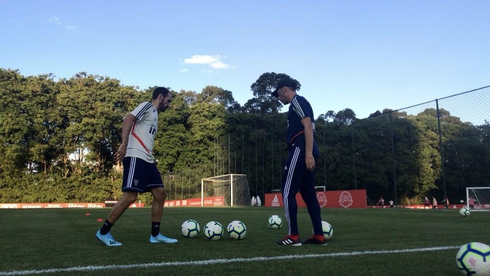 Juanfran faz treino no gramado do CT do São Paulo — Foto: São Paulo FC / divulgação