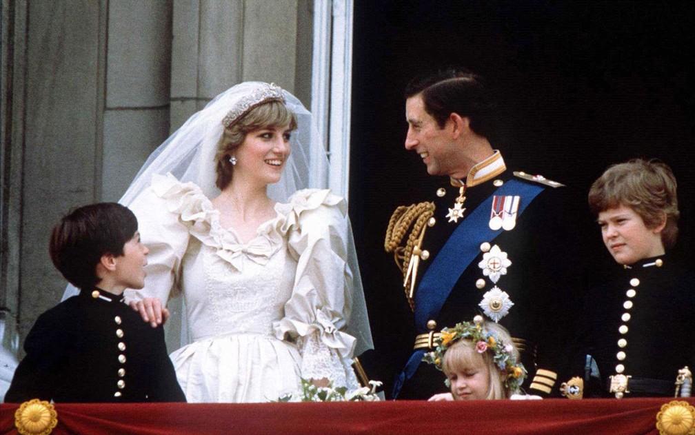 Príncipe Charles e princesa Diana na sacada do Palácio de Buckingham, em Londres, após a cerimônia de seu casamento, em 29 de junho de 1981 — Foto: Reuters/Stringer