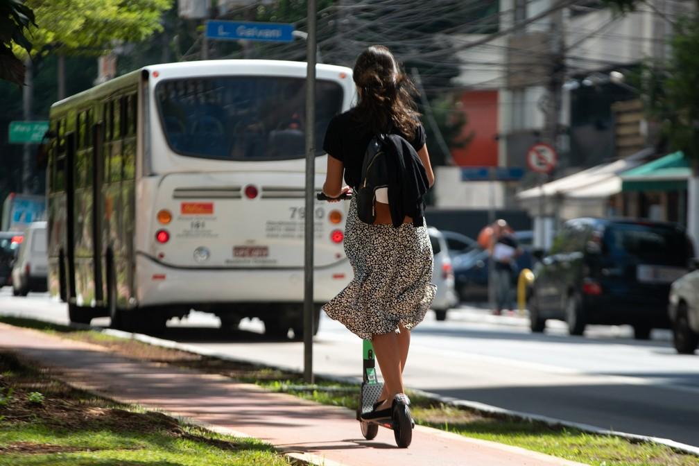 Patinetes elétricos podem rodar em ciclovias, ciclofaixas e calçadas, mas com velocidade limitada — Foto: Marcelo Brandt/G1