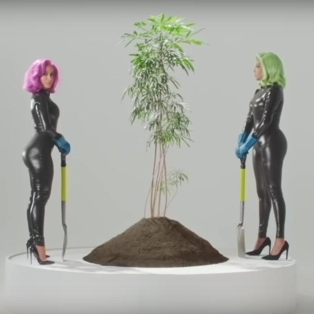 Anitta e Ludmilla plantam maconha em novo clipe com Snoop Dog (Foto: Reprodução/Youtube)