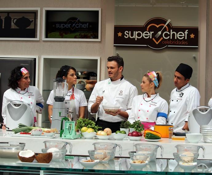 Chef Wanderson Medeiros dá wprkshop aos participantes do Super Chef (Foto: Carolina Morgado/Gshow)
