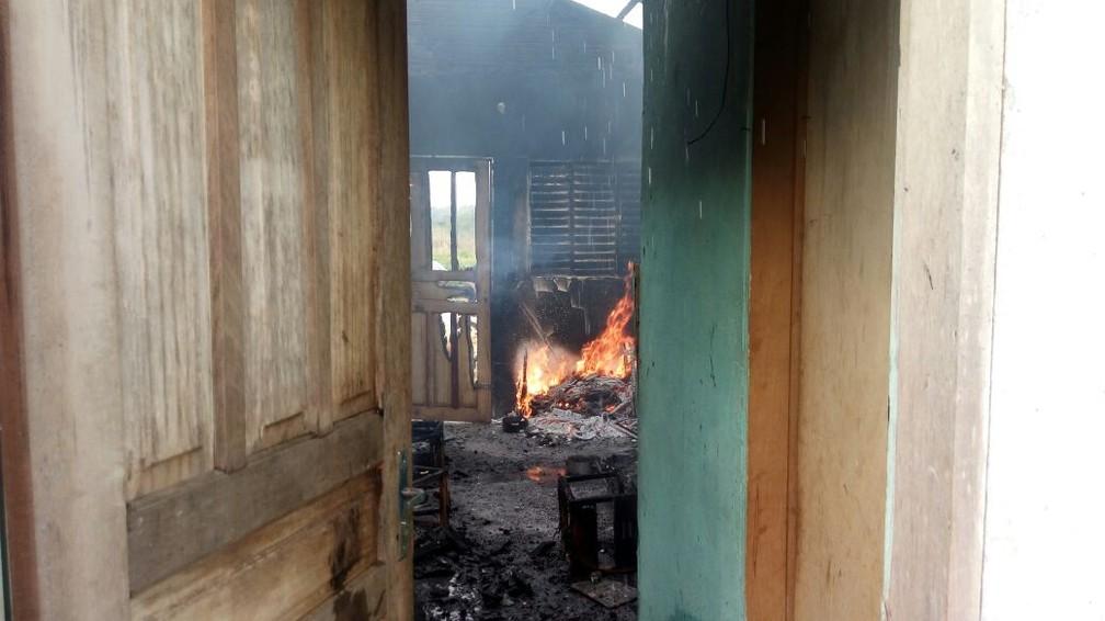 -  Casa ficou totalmente queimada, segundo PM  Foto: Thiago Vieira/Conesul Acontece