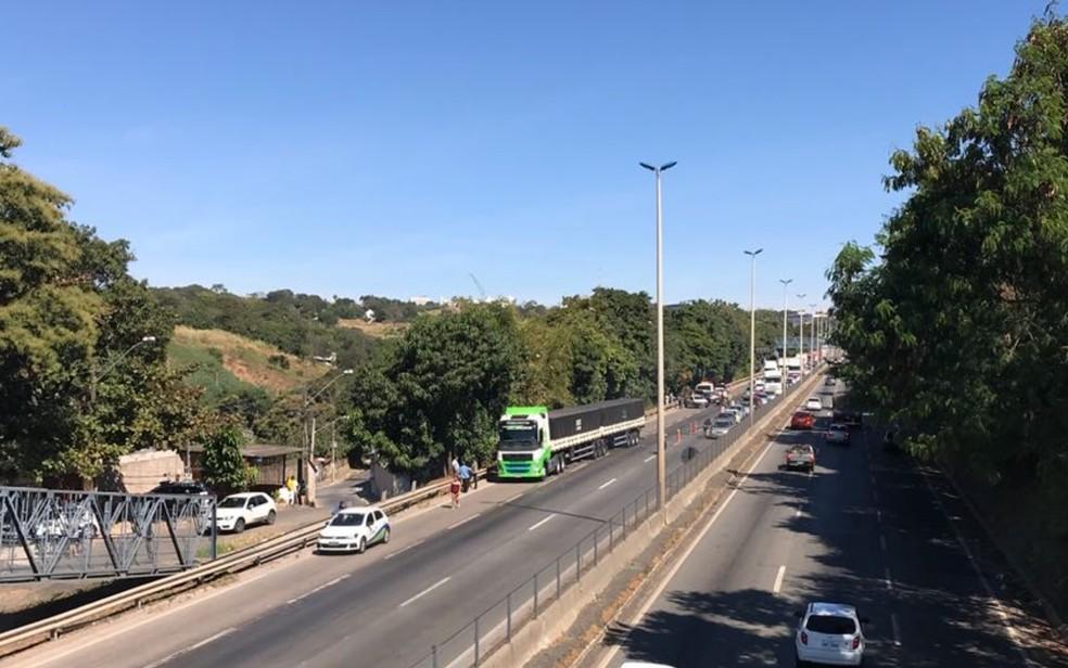 Ciclista morre após acidente com caminhão na BR-153, em Goiânia (Foto: Adriano Reges/TV Anhanguera)