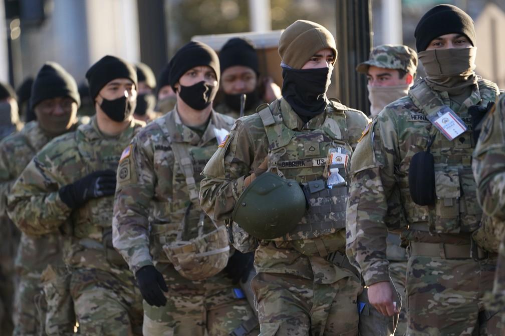 Guarda Nacional se alinha para entrar na área que leva ao Capitólio antes da cerimônia de posse do presidente eleito Joe Biden, nesta quarta-feira (20), em Washington — Foto: John Minchillo/AP