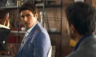 Na segunda-feira (15), Régis (Reynaldo Gianecchini) sugere que Maria da Paz (Juliana Paes) compre uma mansão no nome de Josiane (Agatha Moreira) | Reprodução