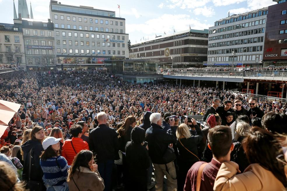 Centenas de fãs se reúnem em praça na Suécia em tributo a Avicii, após a morte do DJ (Foto: Fredrik Persson/TT News Agency/via REUTERS)