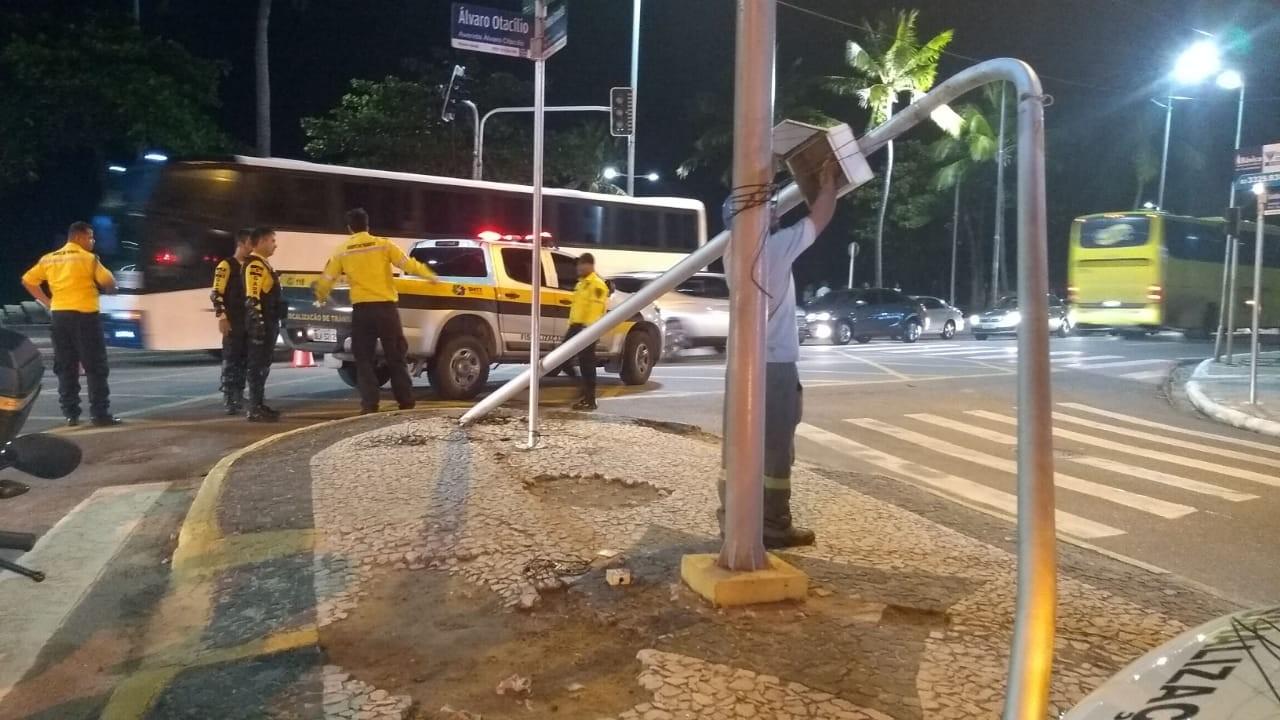 Caminhão derruba poste de semáforo e provoca congestionamento na Ponta Verde, em Maceió  - Notícias - Plantão Diário