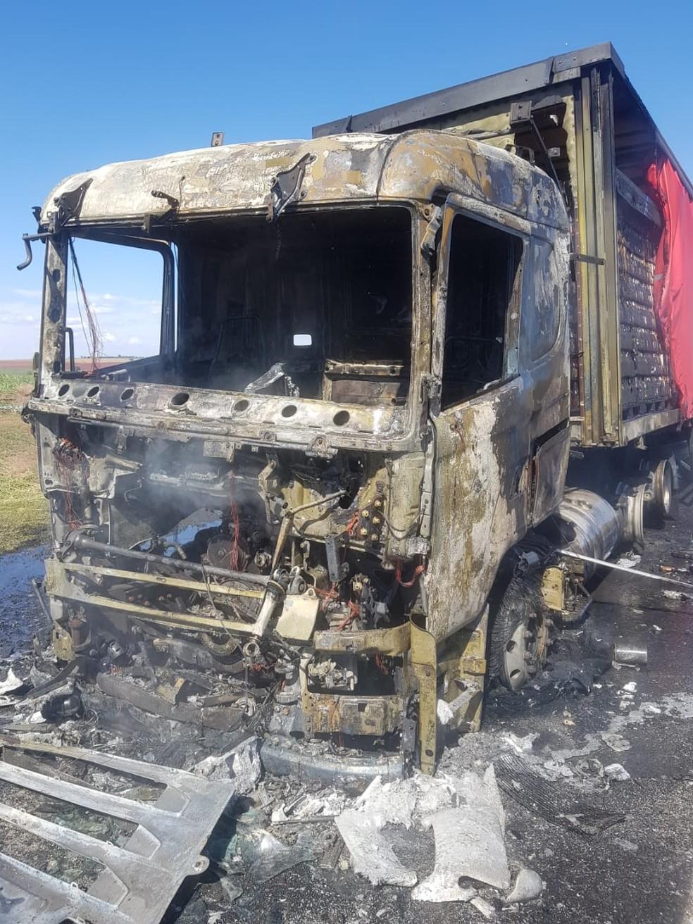 Motorista relatou que o fogo começou depois que ele ligou o ar-condicionado do veículo  — Foto: Corpo de Bombeiros/Divulgação