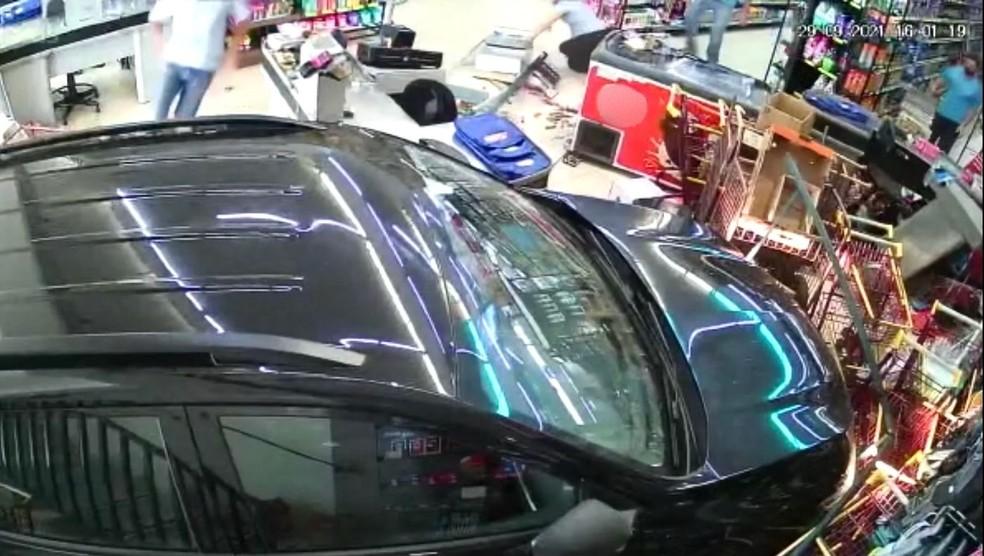 Carro desgovernado invade supermercado e quase atinge funcionária em Itaí — Foto: Câmera de Segurança
