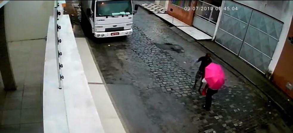 Momento em que o suspeito abordou uma das vítimas em Feira de Santana — Foto: Reprodução/TV Bahia