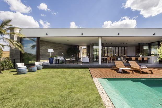 Linhas modernistas desenham uma casa de campo em Goiás (Foto: Edgard Cesar)