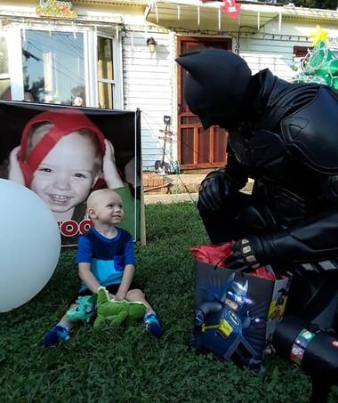 Até o Batman foi visitar o menino (Foto: Reprodução Facebook)