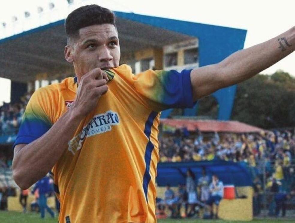 1516cdaf389b9 Atlético-GO contrata Giovane