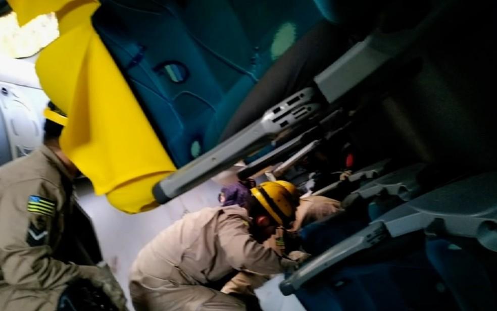 Bombeiros entram dentro do ônibus para resgatar os feridos — Foto: TV Anhanguera/Reprodução
