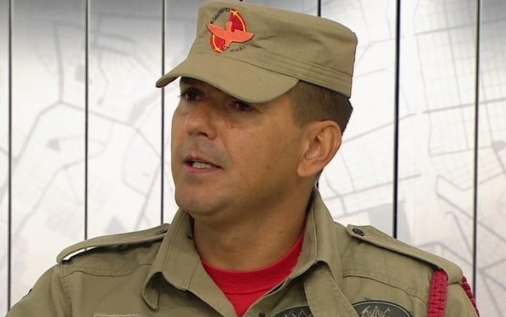 Bombeiro se emociona ao falar sobre resgate: 'Pensei, só saio daqui morto' — Foto: Reprodução/TV Anhanguera