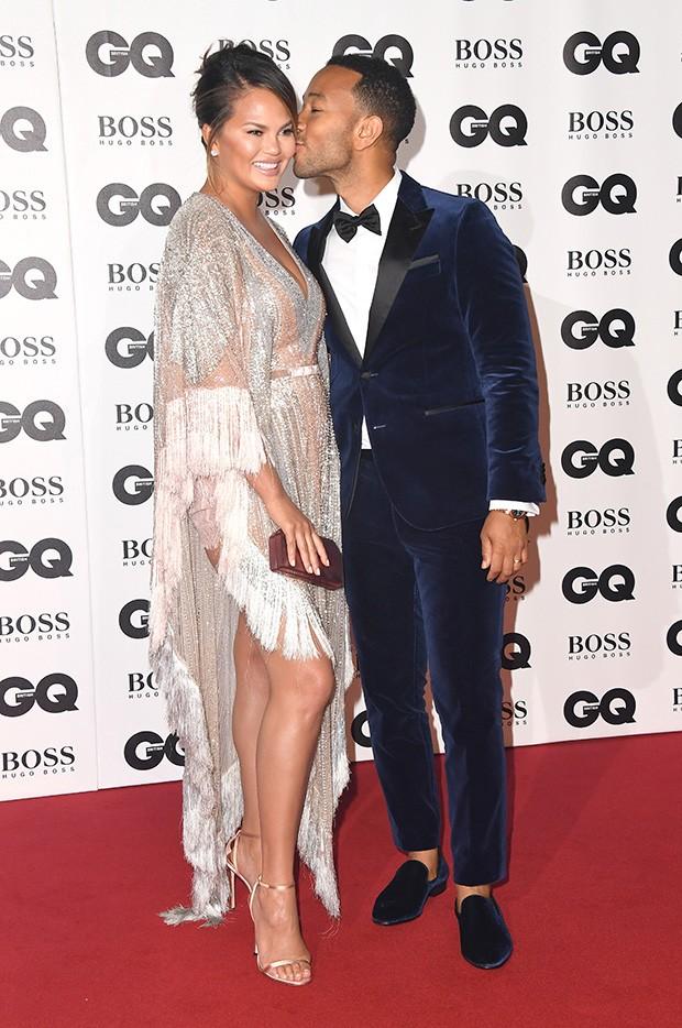 Chrissy Teigen e John Legend no tapete vermelho do GQ Men of The Year Awards 2018 (Foto: Getty Images)