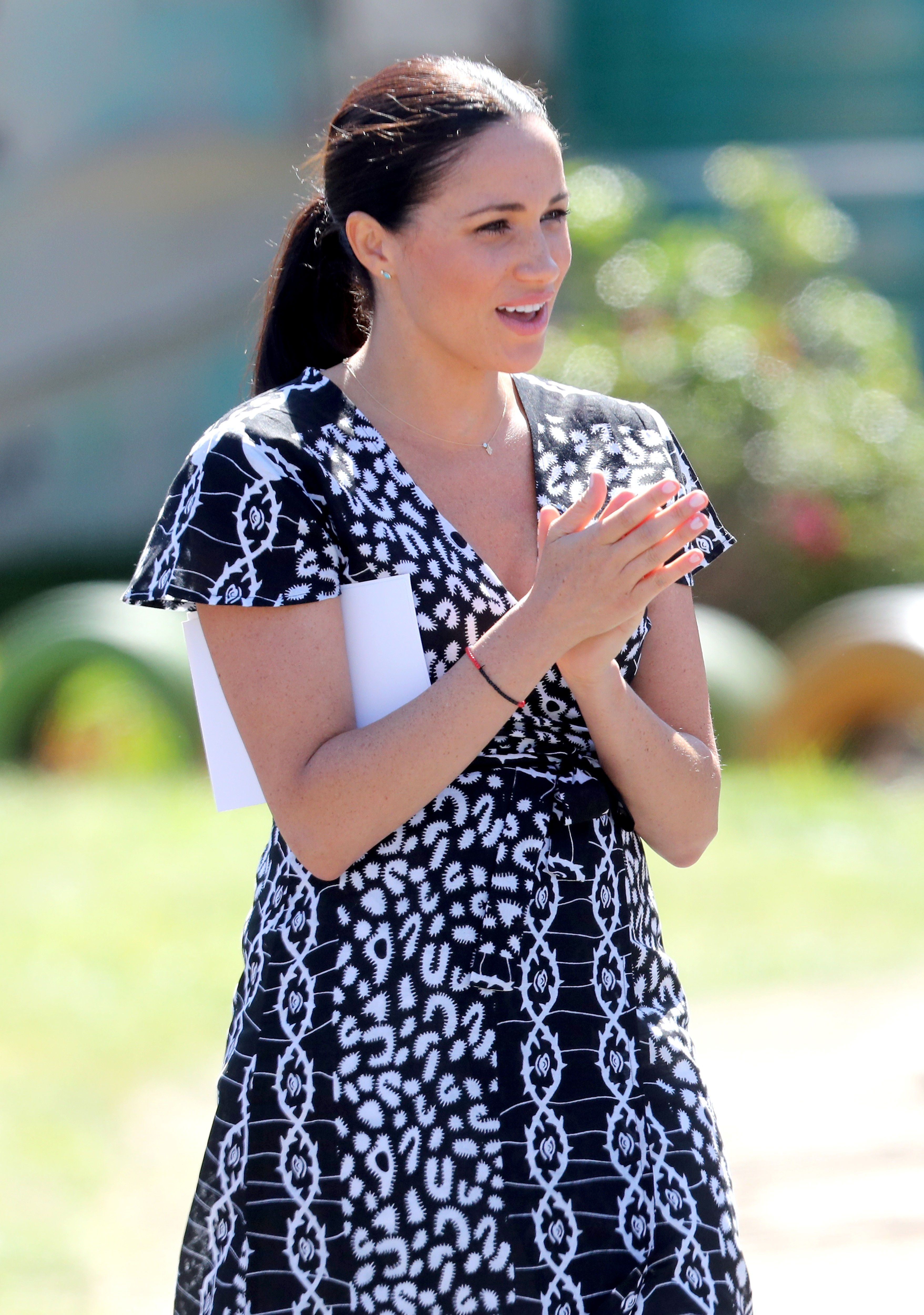 Meghan Markle usa vestido de marca africana no valor de R$ 355 (Foto: Getty Images)