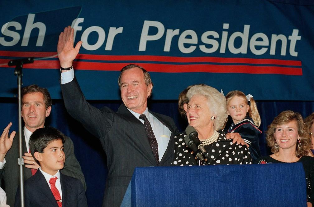 George H.W. Bush e sua esposa Barbara, com seu filho George W. Bush, durante a campanha presidencial — Foto: Ed Kolenovsky / Arquivo / AP Photo
