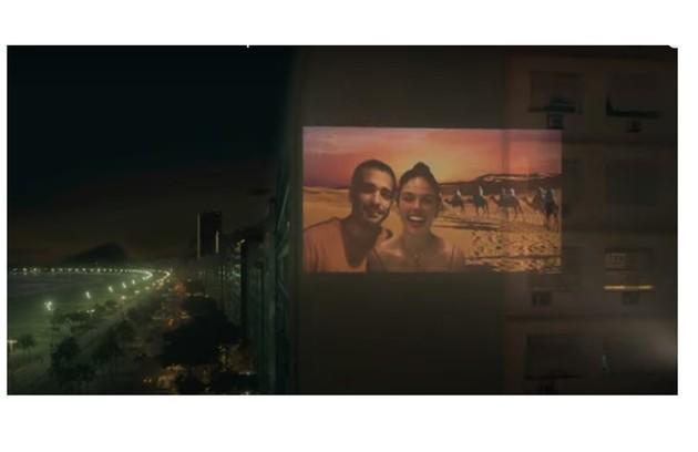 Ela fará projeções de montagens de fotos do casal num prédio vizinho e irá se declarar (Foto: Reprodução)
